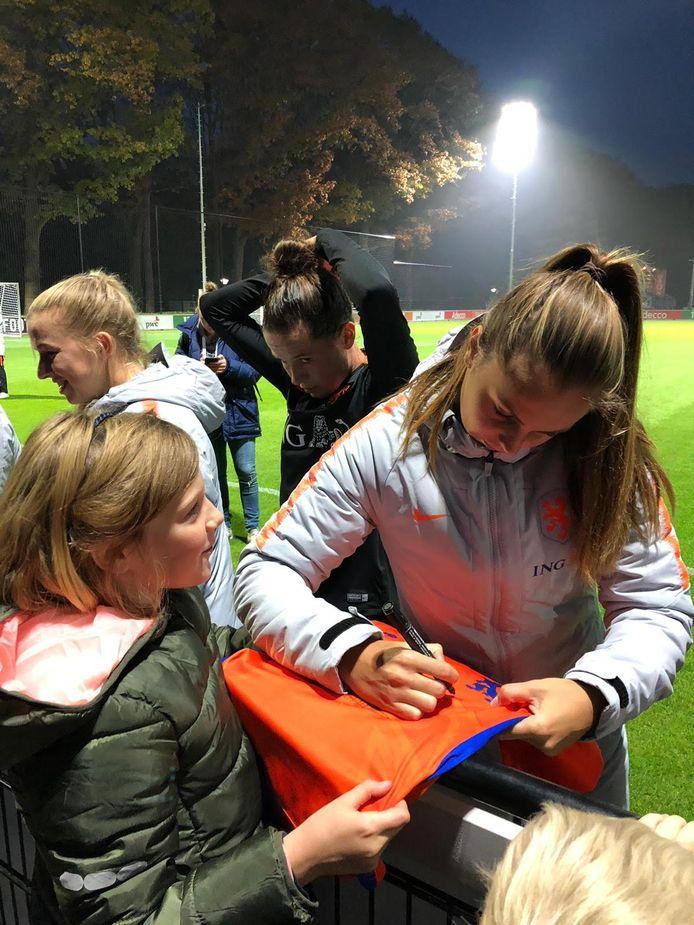Lieke Martens signeert het shirt van Robine.