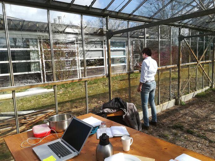 Kunstenaar Matthijs Bosman uit Den Bosch aan het werk in de kas op het terrein van De Kleine Aarde, waar hij de Praktijk van het Ideaal is begonnen.