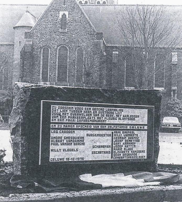 """Wervik  Gedenksteen: """"Afscheid van een zelfstandig Geluwe"""" op de Sint-Denijsplaats in Geluwe."""