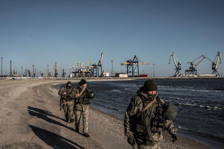 Oekraïense grenstroepen patrouilleren bij de haven van Marioepol langs de Zee van Azov. Beeld Getty Images