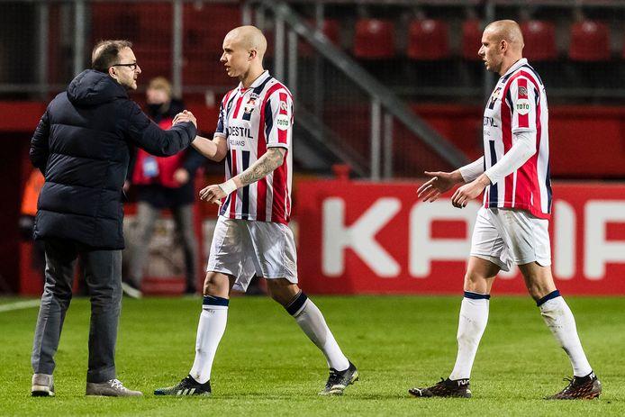 Zeljko Petrovic (links) feliciteert Sebastian Holmen met het gelijkspel in Enschede. Rechts Sven van Beek.