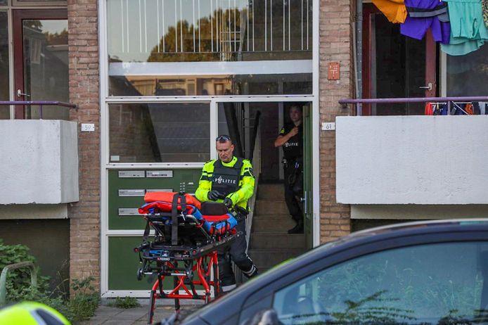 Hulpdiensten halen de vrouw uit de flatwoning in de Floriszstraat.