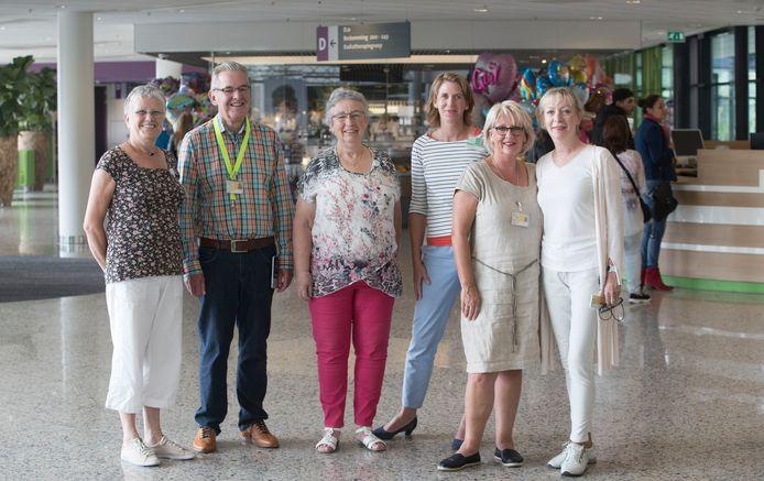 Enkele van de 350  vrijwilligers met (rechts van het midden) coördinator Marieke Hartsuiker.