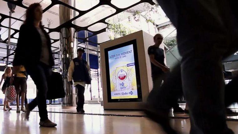 Een reclamezuil op Amsterdam CS. Beeld null