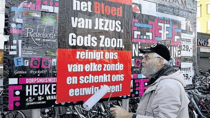 Joop van Ooijen, hier zelf plakkend in Leerdam, vindt zichzelf geen wildplakker.