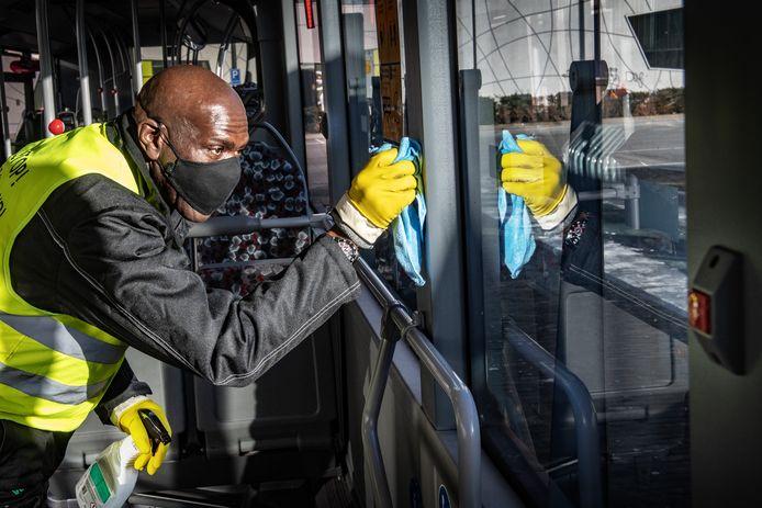 Michael Biekman, medewerker van een schoonmaakbedrijf, maakt razendsnel de bussen van Breng schoon.