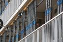 De balkons van alle 358 flatwoningen worden met stempels gestut.