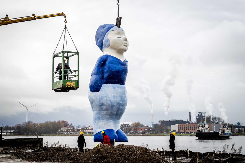 De mannelijke helft van het beeld Kissing Couple  wordt geplaatst op het Hempontplein in Amsterdam. De beelden zijn bijna 10 meter hoog en wegen samen 6700 kilo. Foto Remko de Waal