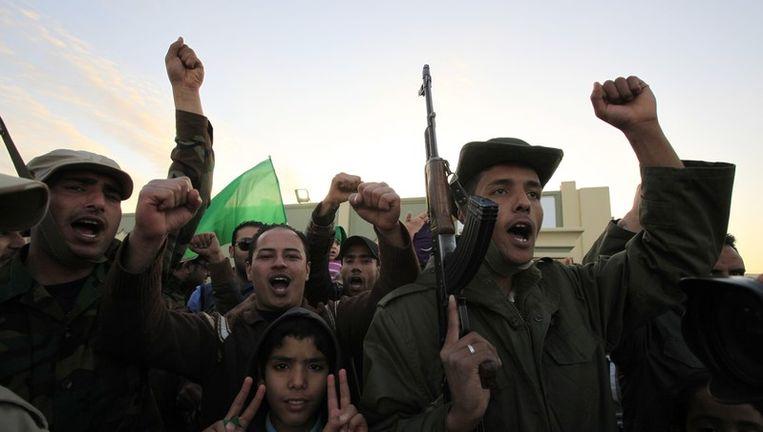 Soldaten en pro-Kadhafi-betogers in Tripoli, gisteren. Beeld reuters