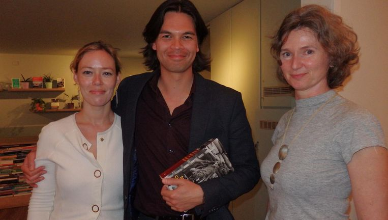 Schrijver en interviewer van dienst Gustaaf Peek, met zijn vriendin Hester Helming (Arbeiderspers) en Hélène Gelèns (r), dichter en vriendin van De Ridder. Beeld Hans van der Beek