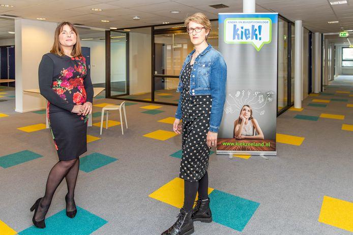 Eigenaar Eva van den Dries (l) en kinder- en jeugdpsychiater Joëlle Grootveld in het nieuwe onderkomen van Kiek in De Pijlers, op de plek waar in het verleden de huisartsen zaten.