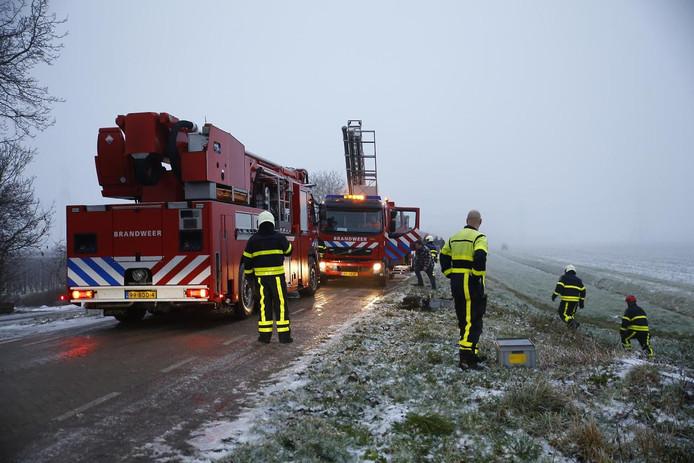 De brandweer rukte met meerdere voertuigen uit nadat een auto in de sloot was beland bij de Bloemendaalse Zeedijk in Lage Zwaluwe.