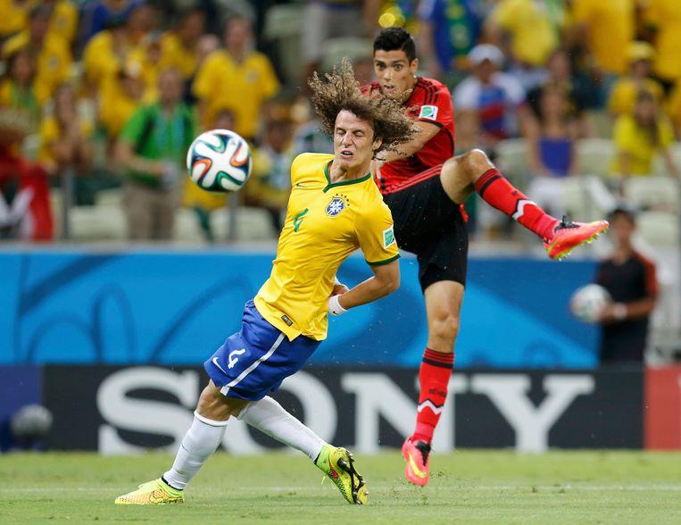 Raul Jimenez trapt naar doel, met David Luiz in de buurt.