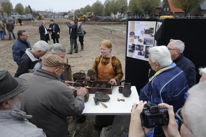 Archeologe Janneke Zuyderwyk geeft uitleg op de open dag rond de archeologische opgravingen aan de Herderweg. foto Kevin Hagens