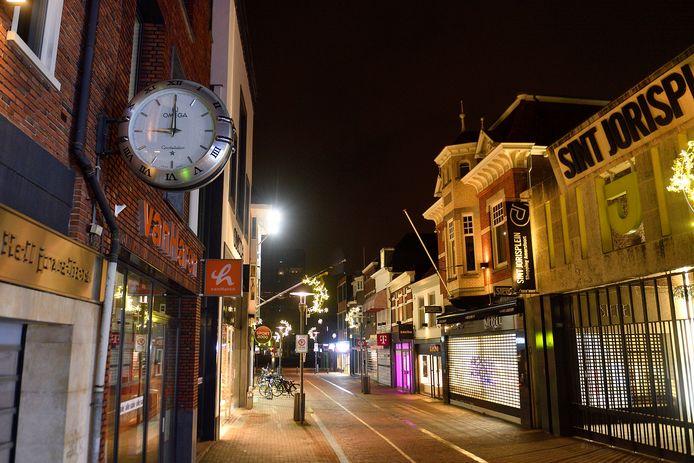 In de Langestraat was het klokslag 21.00 uur ook echt uitgestorven.
