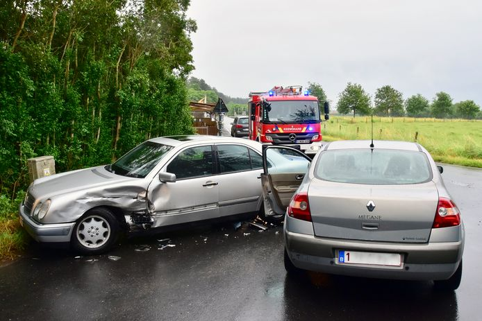 De materiële schade was aanzienlijk, bij de botsing op het kruispunt van de Waterstraat met de Oude Kortrijkstraat in Zonnebeke.