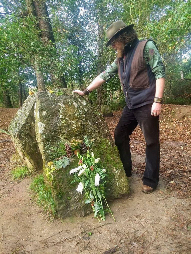 Deze schrijver tracht Merlijn aan te roepen aan zijn graf in het woud van Brocéliande.  Beeld RV