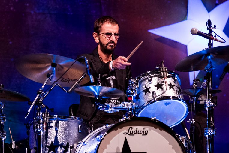 Ringo Starr drumt op het feestje voor zijn 80ste verjaardag, vorig jaar. Beeld EPA