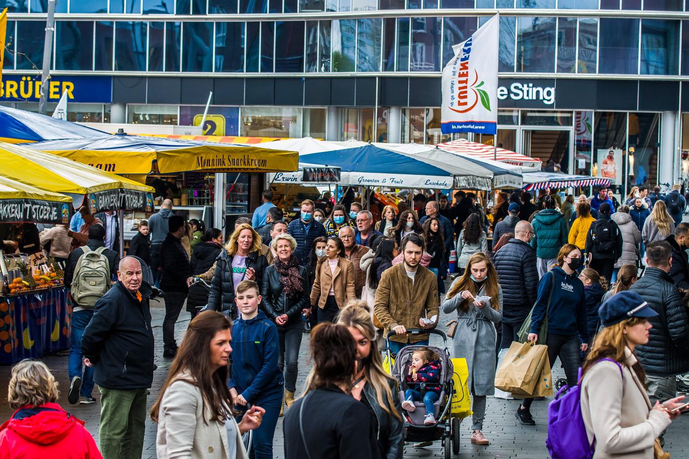 """Drukte in de Enschedese binnenstad. Burgemeester Onno van Veldhuizen: """"We moeten zorgen dat we besmettingen voorkomen door drukte te mijden en afstand te houden. Dat geldt niet alleen op straat, op de markt, bij terrassen en in winkels, maar ook op het werk en in huis."""""""
