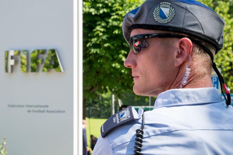 De Zwitserse politie bewaakt het hoofdkantoor van de wereldvoetbalbond Fifa in Zürich. Beeld getty
