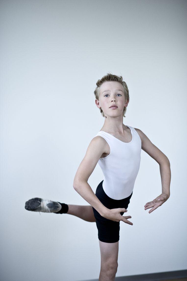 <strong>Carlos (13) uit Zoetermeer</strong><br /><strong>Hoe lang zit je op ballet?</strong><br />'Ik zat al een tijd in Zoetermeer op een dansschool waar ik ballet, jazz, tapdansen en breakdance kreeg. Alleen acrobatiek kon ik niet. Tijdens de repetities vond ik veel dingen eng. Ik ben nog steeds bang dat ik op mijn hoofd val.<br /><br /><strong>Lijk je op Billy?</strong><br />'Ik werd ook wel eens gepest. Kinderen op school zeiden: 'Je zit op ballet, ben je homo ofzo?' Gelukkig veranderde dat toen ik naar de middelbare school ging.<br /><br /><strong>Wat vind je het lastigst aan deze rol?</strong><br />'Tapdansen. Je bent bezig met een pas en direct daarna moet je al weer een volgende pas doen. In je gedachten ben je dan nog met de vorige bezig.' Beeld Linelle Deunk