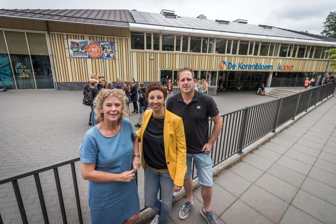 Basisschool De Korenbloem in Oirschot bestaat 40 jaar. Vlnr: Leerkracht Monique Bosch,directeur Els van de Kam en leerkracht Dirk Kokx.