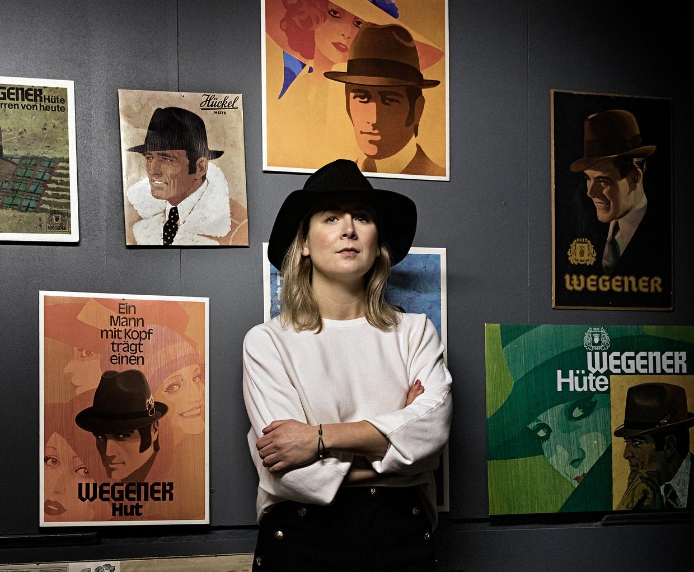 Theresa Wegener leidt sinds vorig jaar het familiebedrijf Wegener. De hoedenmakerij kan volgens haar nog hoogstens vier weken lockdown overleven. Beeld Daniel Rosenthal