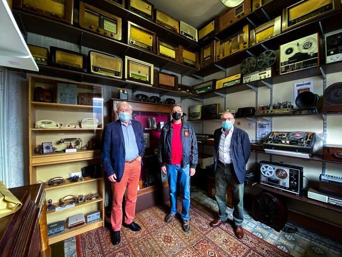 Burgemeester Rob Mennes (CD&V), voorzitter Rik  De Bondt en ondervoorzitter Gaston Samijn tonen de vernieuwde radiokamer.