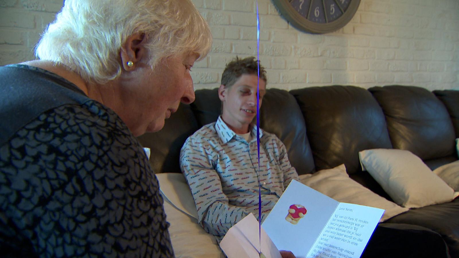 De moeder van Kevin leest een kaartje voor.