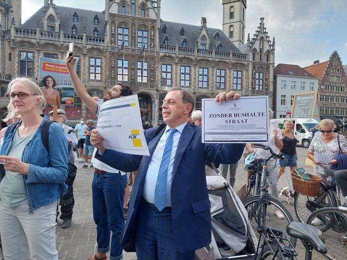 Protest tegen 'bushaltesloop' aan de Sint-Niklaaskerk