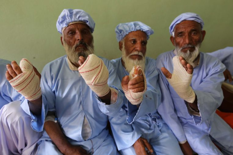 epa04258180 Afghan voters whose inked fingers were cut off by Taliban miliitants as punishment for casting their votes, receive medical treatment at a hospital in Herat, Afghanistan, 15 June 2014. There were some 150 attacks across the country during the elections on 14 June, killing over 60 people, including about 20 assailants, government officials said. More than 7 million Afghans voted in the run-off for the new president, officials said, in announcing an unexpectedly high turnout, despite scores of attacks across the country. The turnout was better than the first round, which saw 6.6 million voters after 400,000 ballots were thrown out as fraudulent. Thirty-eight per cent of the voters on 14 June were women, the Election Commission said.  EPA/JALIL REZAYEE Beeld EPA