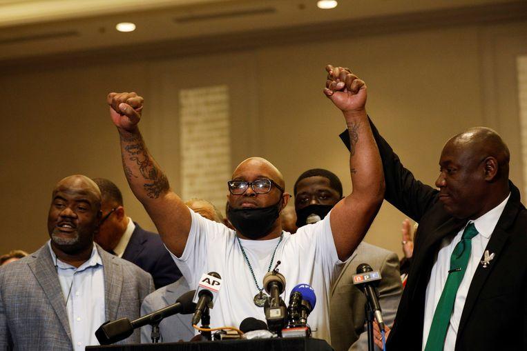 Terrence Floyd houdt de hand van familieadvocaat Ben Crump omhoog. Beeld REUTERS