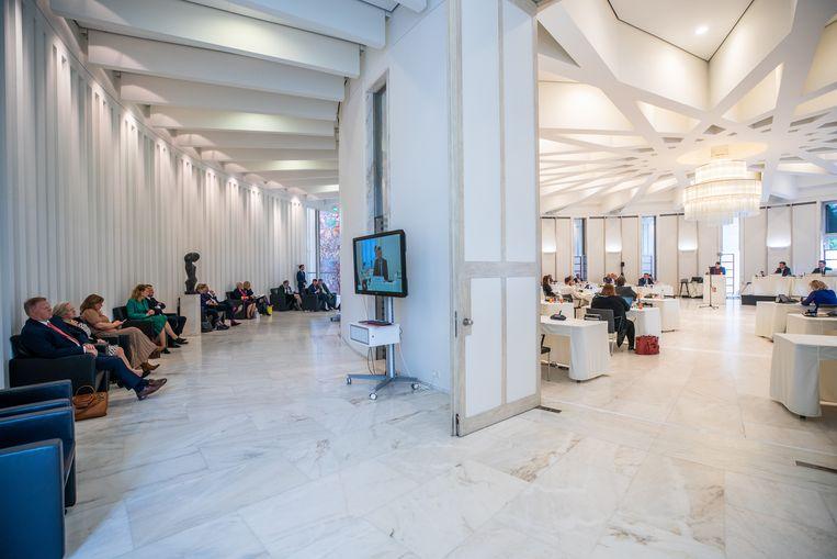 In het provinciehuis van Limburg wachten de nieuwe gedeputeerden met aanhang uren totdat het debat tussen de Statenleden en 'crisismanager' Johan Remkes voorbij is en ze kunnen worden geïnstalleerd.  Beeld Harry Heuts