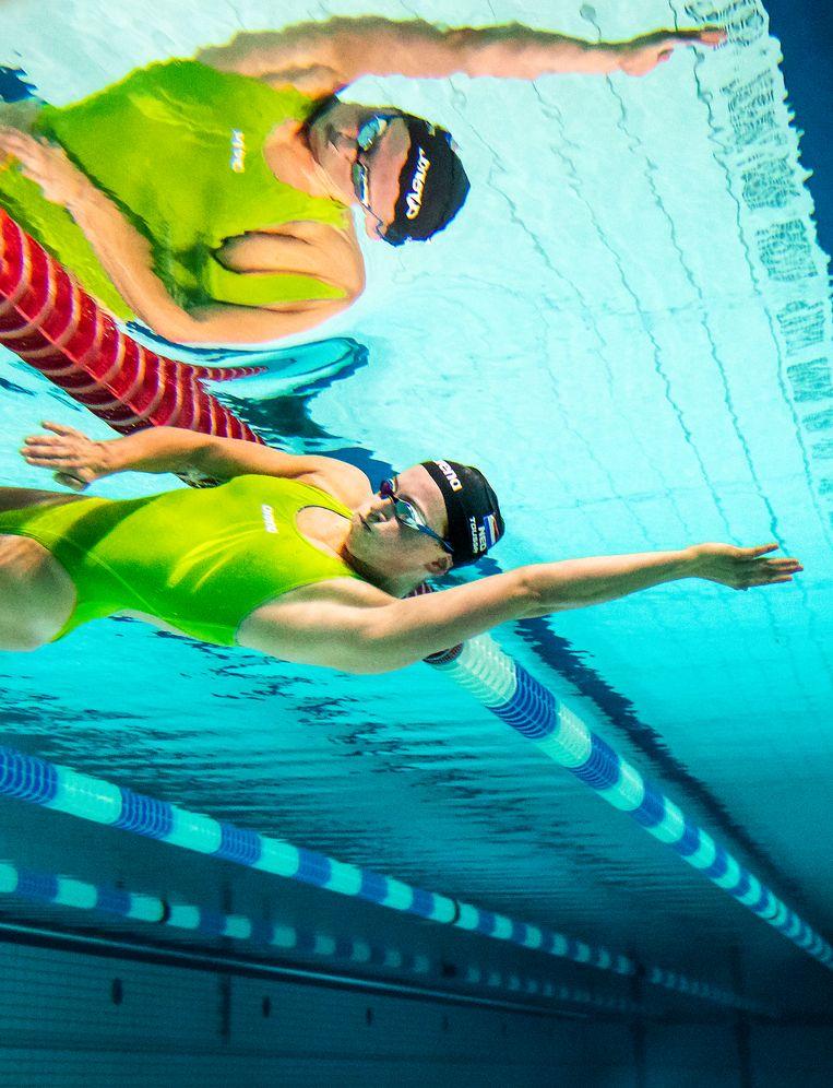 Kira Toussaint oefent haar zijwaartse  duik onderwater bij het onderdeel rugzwemmen.   Beeld Jiri Büller