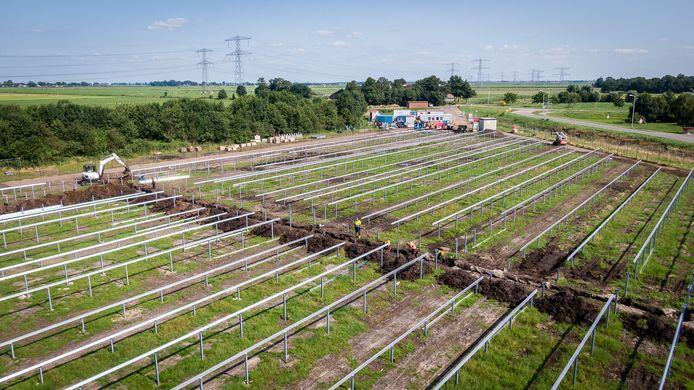 De aanleg van het zonnepark langs de Verkavelingsweg is in volle gang. Over een paar weken moet het al stroom leveren.