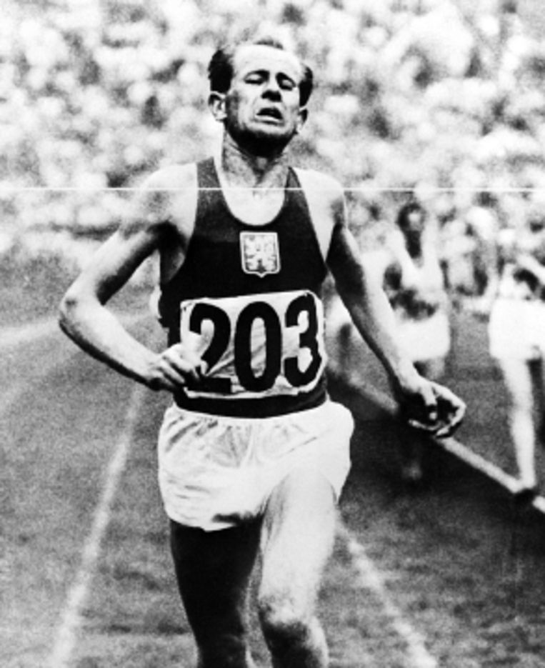 Zátopek, als eerste bij de finish van de marathon, ook in 1952. ( FOTO EPA) Beeld