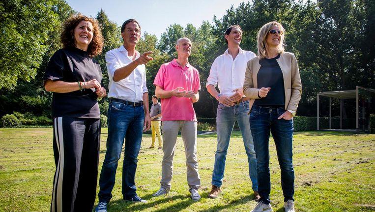 Minister Ingrid van Engelshoven, Premier Mark Rutte, Minister Stef Blok, Minister Wopke Hoekstra en Minister Kajsa Ollongren in de tuin van het Catshuis voor een informele heisessie van het kabinet. Beeld ANP