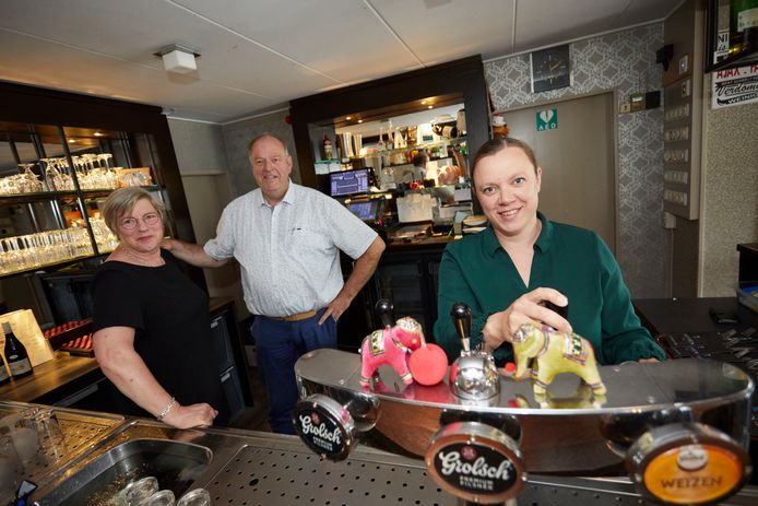 Tineke Wantia-Lerink neemt café Prinsen in Haarlo over. Links Alie en Dinand Prinsen.