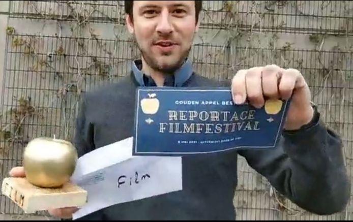 Jeugdconsulent Arne Crevits maakt de winnende kortfilm bekend.