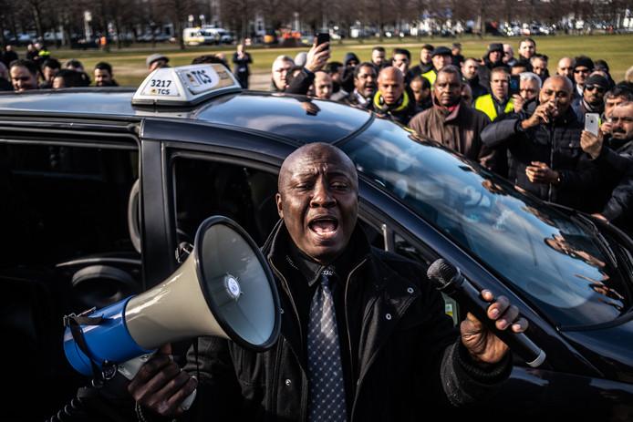 Taxichauffers uit Rotterdam en Amsterdam demonstreerden op 19 februari tegen Über op het Maliveld in Den Haag. Over twee weken rijden ze opnieuw in colonne naar Den Haag.