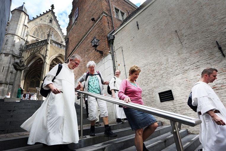 Een groep jonge Dominicanen wandelt in zes dagen van Nijmegen naar Rotterdam waar ze hun nieuwe communiteit starten. Broeders op de foto (VLNR): Richard Steenvoorde, Stefan Magnus en Michael-Dominique Magielse. Beeld Ramon Mangold