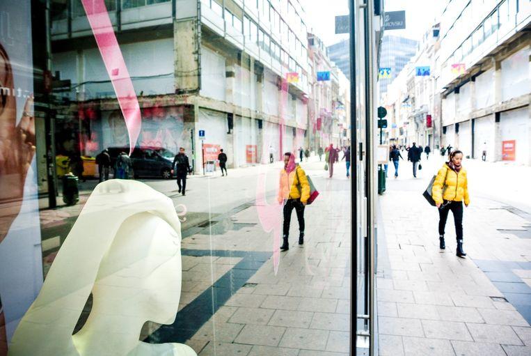 In de Brusselse Nieuwstraat bleven gisteren veel winkels gesloten. Beeld belga