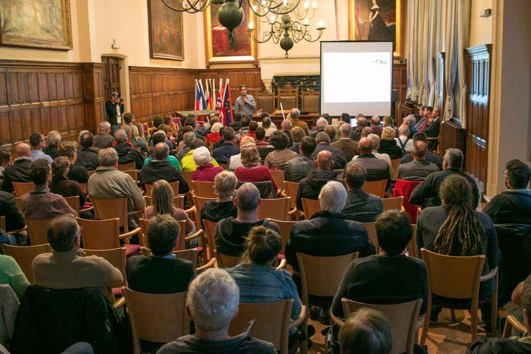 Zowat 150 inwoners luisteren naar de uiteenzetting over de asbestproblematiek in het stadhuis.