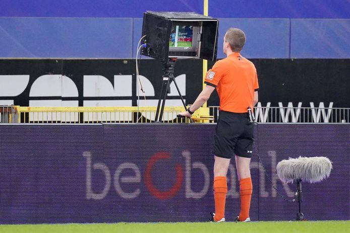 De scheidsrechter die op aanraden van de videoref de beelden bekijkt: een beeld dat we in de kwartfinales van de Croky Cup niet zullen zien.