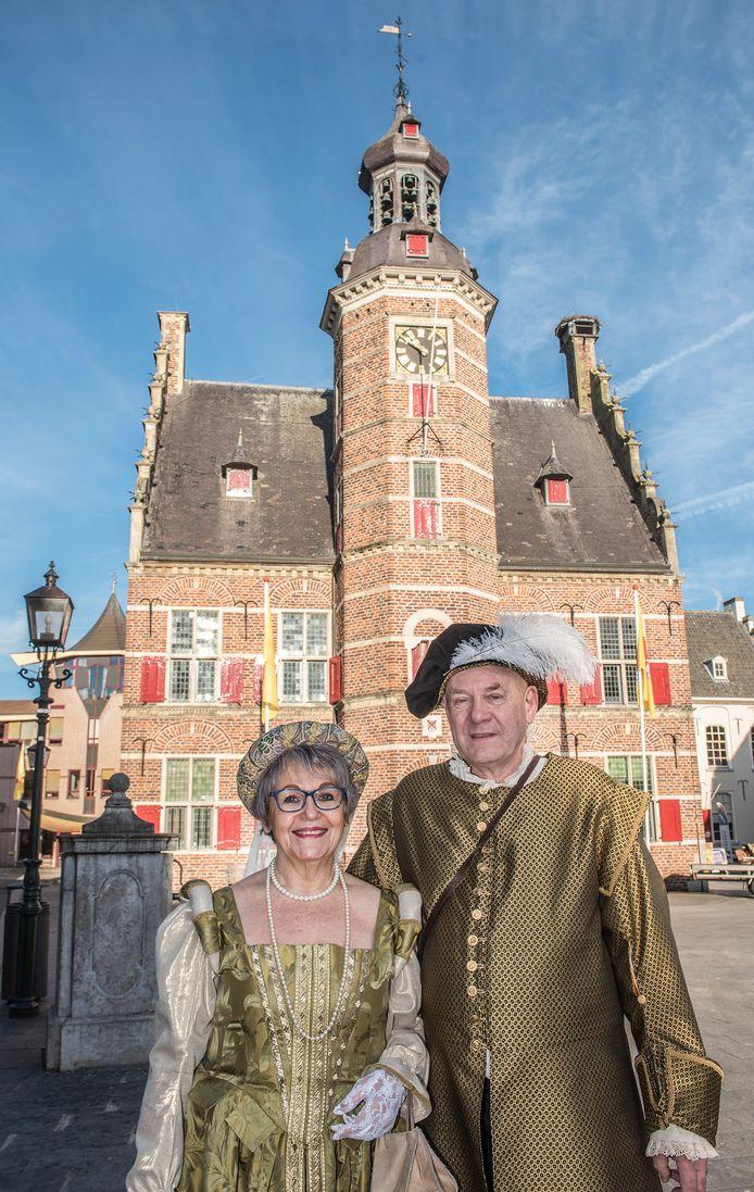 Maria en Ernst Lamers voor het stadhuis van Gennep. Maria maakte de historische outfits zelf.