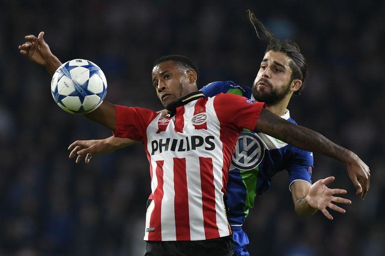 Verdediger Rodriguez (R) van Wolfsburg in duel met PSV'er Locadia. Beeld afp