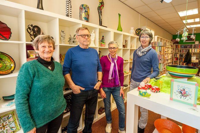 Het team van de Wereldwinkel in Tholen die vandaag 25 jaar bestaat.
