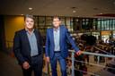 Hans Olsthoorn (links, locatiedirecteur Veenseweg Maaswaal College) met rector Henk Keijman (rechts) in 2018. Een jaar voor de invoering van Maaswaal NeXT: de driejarige vmbo/havo-brugklas krijgt vanwege zijn succes vanfa komend schooljaar ook een vervolg voor havo/vwo-leerlingen.