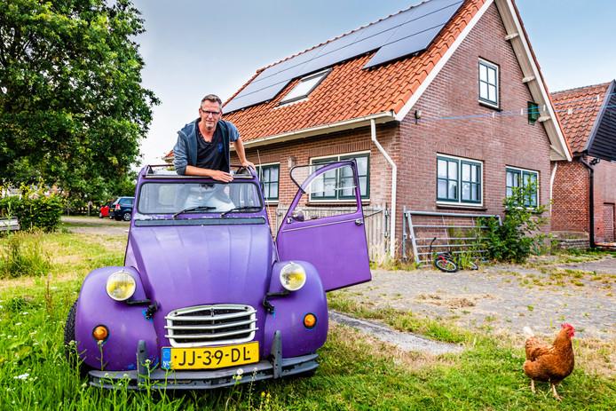 Arjen Siebel bij De Vrijplaats, een voormalig koetshuis in Alphen, dat hij verhuurt aan gasten uit alle windstreken.