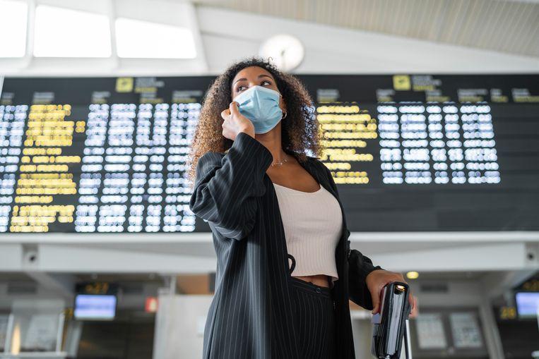 Vrouw op vliegveld Beeld Getty Images/Westend61